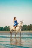 Mujer y caballo en el fondo del cielo y del agua Muchacha o modelo fotos de archivo