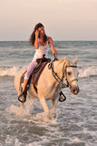 Mujer y caballo en el mar Imagen de archivo libre de regalías