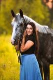 Mujer y caballo gris Fotos de archivo libres de regalías