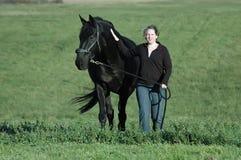 Mujer y caballo hanovarian Foto de archivo