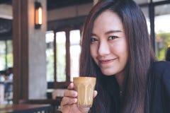Mujer y café Fotos de archivo libres de regalías