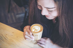Mujer y café Imagen de archivo libre de regalías