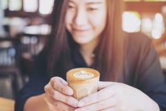 Mujer y café Imagenes de archivo
