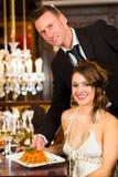 mujer y camarero en restaurante de cena fino Foto de archivo