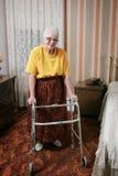 Mujer y caminante mayores Fotografía de archivo