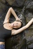 Mujer y cascada. Imagenes de archivo