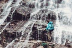 Mujer y cascada del Backpacker Imagen de archivo