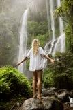 Mujer y cascada hermosas Fotos de archivo