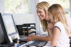Mujer y chica joven en oficina con el ordenador Fotografía de archivo