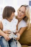 Mujer y chica joven en sala de estar Fotos de archivo