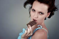 Mujer y chocolate Foto de archivo libre de regalías