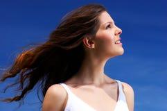 Mujer y cielo azul Fotos de archivo