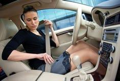 Mujer y cinturón de seguridad en el coche Imágenes de archivo libres de regalías