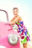Mujer y coche de la vendimia fotografía de archivo