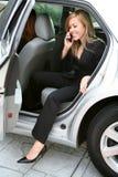 Mujer y coche de negocios imagen de archivo