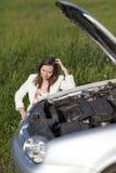 Mujer y coche quebrado Imagen de archivo