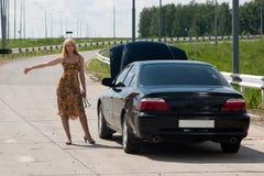Mujer y coche quebrado. Imagen de archivo libre de regalías