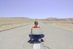 Mujer y computadora portátil fotos de archivo libres de regalías