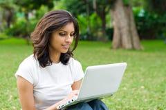 Mujer y computadora portátil Fotografía de archivo
