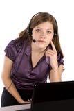 Mujer y computadora portátil con el dedo a hacer frente Foto de archivo libre de regalías