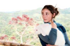 Mujer y conejo hermosos Fotos de archivo libres de regalías