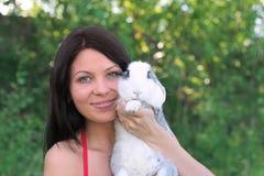 Mujer y conejo sonrientes jovenes Foto de archivo libre de regalías