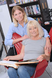 Mujer y cuidador mayores Fotografía de archivo libre de regalías