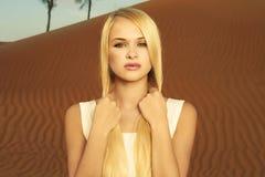 Mujer y desierto. UAE Fotos de archivo libres de regalías