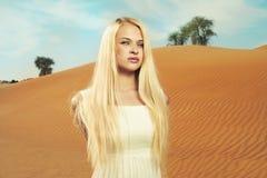 Mujer y desierto. UAE Imagenes de archivo