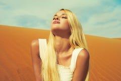 Mujer y desierto. UAE Imágenes de archivo libres de regalías