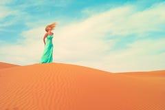 Mujer y desierto. UAE Imagen de archivo libre de regalías