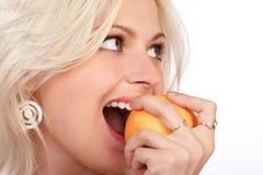 Mujer y dieta anaranjada Imagen de archivo libre de regalías