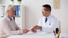 Mujer y doctor con la prescripción en la clínica almacen de metraje de vídeo