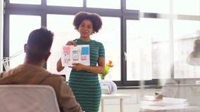 Mujer y equipo creativo en la presentación de la oficina almacen de video