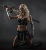 Mujer y espada imagen de archivo