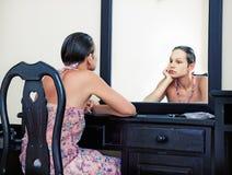 Mujer y espejo Fotos de archivo libres de regalías