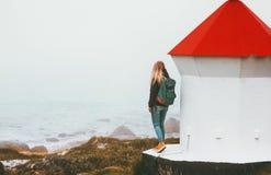Mujer y faro del viajero en el mar de niebla imágenes de archivo libres de regalías