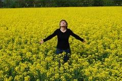Mujer y flores amarillas Imagen de archivo libre de regalías