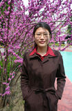 Mujer y flores chinas Imagenes de archivo