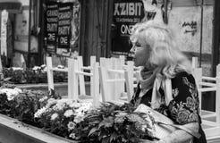 Mujer y flores mayores Foto de archivo libre de regalías