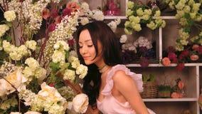 Mujer y flores Muchacha asiática con los ramos almacen de metraje de vídeo