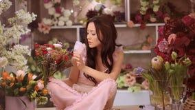 Mujer y flores Muchacha asiática con los ramos almacen de video