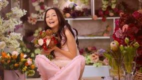 Mujer y flores Muchacha asiática con los ramos metrajes