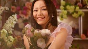 Mujer y flores Retrato asiático de la muchacha con el ramo almacen de video