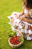 Mujer y fresas Foto de archivo libre de regalías