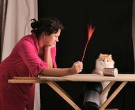 Mujer y gato Imágenes de archivo libres de regalías