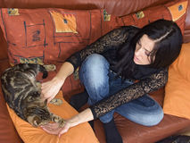 Mujer y gato Imagen de archivo