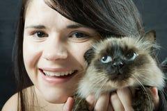 Mujer y gato Imagen de archivo libre de regalías