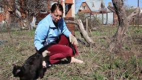 Mujer y gato negro almacen de metraje de vídeo