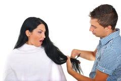 Mujer y hairstylist asustados en el salón de pelo Fotos de archivo